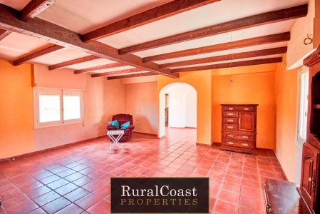 Country house with private pool, 3 bedrooms and 2 bathrooms and large plot just 18 minutes from the coast