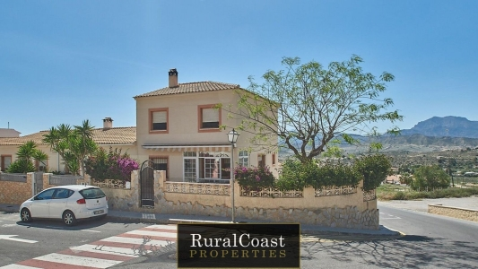 Nice house in the town of Busot with spectacular views of the mountains and the cabeco d´or